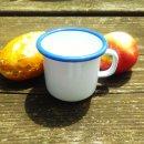 Emaille Becher 8 cm weiß mit blauem Rand